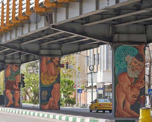 Fly-over in Teheran met schilderingen van reuzen